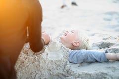 Niños en la playa que juega en la arena Imagenes de archivo
