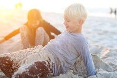 Niños en la playa que juega en la arena Imágenes de archivo libres de regalías