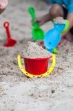 Niños en la salvadera de la arena y el antimonio blancos del juego de niños Foto de archivo libre de regalías