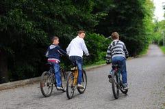 Niños en las bicicletas Fotografía de archivo
