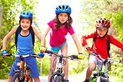 Niños en las bicis Imagen de archivo