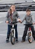 Niños en las bicis Foto de archivo libre de regalías