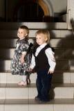 Niños en las escaleras imagen de archivo