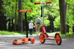 Niños en las vespas anaranjadas foto de archivo libre de regalías