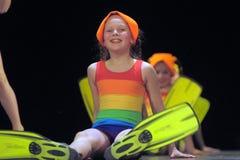 Niños en los bañadores que bailan en etapa Foto de archivo