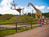 Niños en los dinosaurios parque, Leba, Polonia Foto de archivo libre de regalías