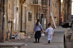 Niños en Mea Shearim en Jerusalim foto de archivo