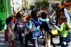Niños en París con los profesores que caminan en la calle Foto de archivo libre de regalías