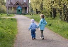 Niños en parque de la ciudad Fotos de archivo