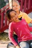 Niños en patio imagen de archivo