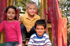 Niños en patio Fotos de archivo libres de regalías