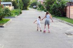 Niños en pcteres de ruedas Fotos de archivo libres de regalías