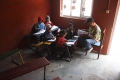Niños en pequeña escuela Fotografía de archivo libre de regalías