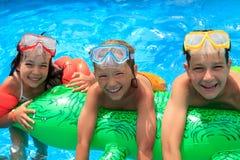 Niños en piscina Foto de archivo libre de regalías