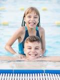 Niños en piscina Fotografía de archivo libre de regalías