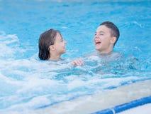 Niños en piscina Imágenes de archivo libres de regalías