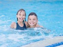 Niños en piscina Imagen de archivo libre de regalías