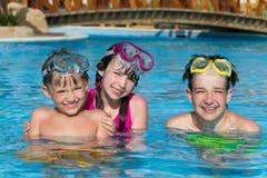 Niños en piscina el día de fiesta Fotos de archivo libres de regalías