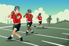 Niños en práctica del fútbol americano Imagen de archivo