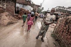 Niños en pueblo rural en la India con el hombre mayor Fotografía de archivo libre de regalías