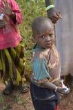 Niños en pueblo tanzano Imagen de archivo