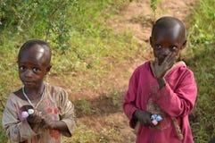 Niños en pueblo tanzano Imágenes de archivo libres de regalías