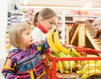 Niños en tienda con los productos Fotografía de archivo