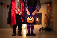 Niños en traje de la bruja en el truco o la invitación de Halloween imagenes de archivo
