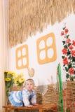Niños en traje nacional ucraniano en banco Foto de archivo libre de regalías