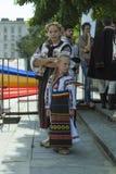 Niños en trajes nacionales moldavos Fotografía de archivo libre de regalías