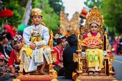 Niños en trajes tradicionales del Balinese imagen de archivo