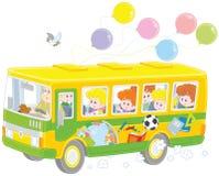 Niños en un autobús escolar Imágenes de archivo libres de regalías