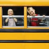 Niños en un autobús escolar Imagen de archivo libre de regalías