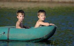 Niños en un barco Fotografía de archivo