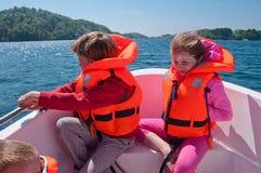 Niños en un barco fotografía de archivo libre de regalías