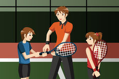 Niños en un club de tenis con el instructor Imagen de archivo