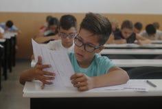 Niños en un examen Imagenes de archivo