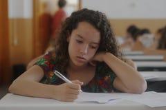 Niños en un examen Imagen de archivo