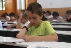 Niños en un examen Imagen de archivo libre de regalías