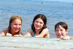 Niños en un lago Fotos de archivo