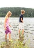 Niños en un lago foto de archivo