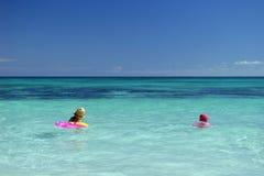 Niños en un océano azul Foto de archivo libre de regalías