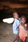 Niños en una cueva cerca del bongo, Malí Imágenes de archivo libres de regalías