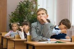 Niños en una lección. ¡Ellos tales diferentes! Foto de archivo libre de regalías