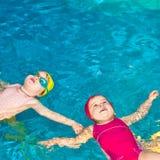 Niños en una piscina Imagen de archivo