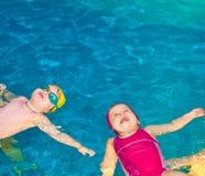 Niños en una piscina Imagenes de archivo