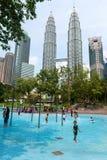 Niños en una piscina en la natación de Kuala Lumpur Foto de archivo libre de regalías