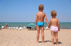 Niños en una playa Fotografía de archivo libre de regalías