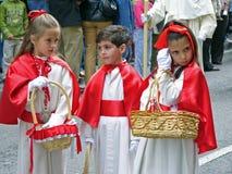 Niños en una procesión de Pascua Imagen de archivo libre de regalías