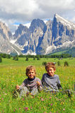 Niños en valle alpino Fotografía de archivo libre de regalías
